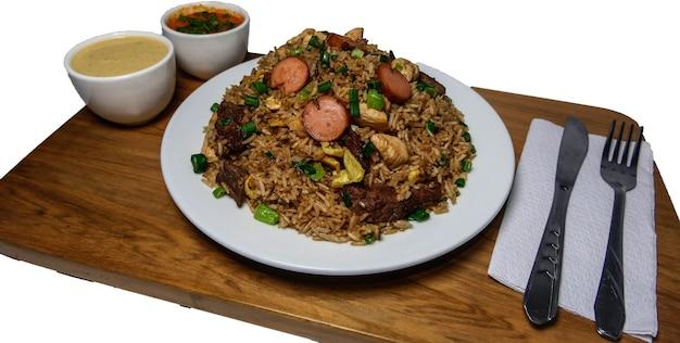 Peruanisches essen arroz chaufa, teller mit gebratenem reis mit gemüse und verschiedenen fleischsorten Premium Fotos