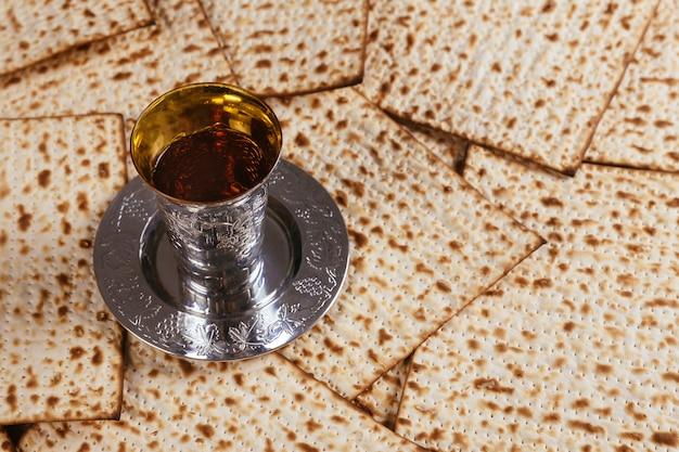 Pesach-passahfest-symbole des großen jüdischen feiertags. traditioneller matzoh Premium Fotos