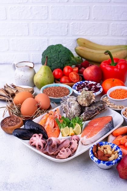 Pescetarian diät mit meeresfrüchten, obst und gemüse Premium Fotos