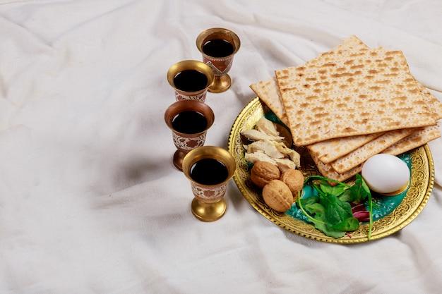 Pessachmatzoh jüdische feiertagsbrotmatzos mit vier tasse wein Premium Fotos