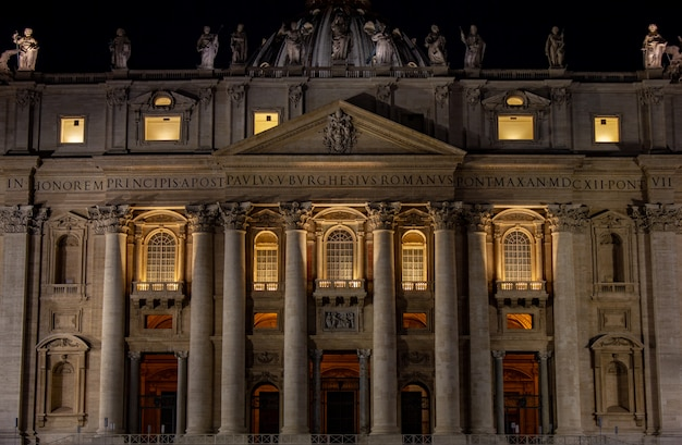 Petersdom in der nacht Premium Fotos