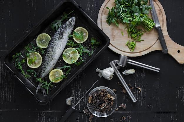 Petersilie und gewürze in der nähe von fisch schneiden Kostenlose Fotos