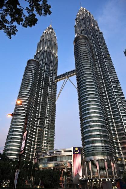 Petronas-turm bei sonnenuntergang in malaysia Premium Fotos