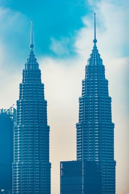Petronas twin towers (liebevoll als klcc bekannt) und die umliegenden gebäude während des sonnenuntergangs von der skybar aus gesehen Premium Fotos