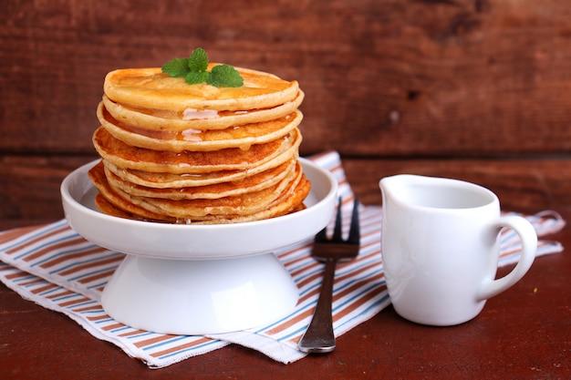 Pfannkuchen am fastnachtsdienstag in einer weißen schüssel zubereiten Premium Fotos