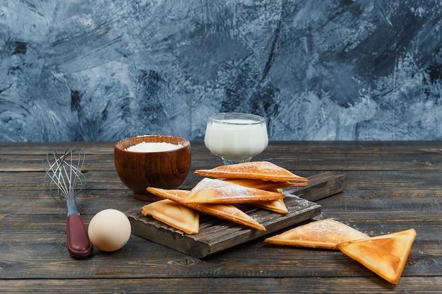 Pfannkuchen auf holzbrett mit milch und ei Kostenlose Fotos