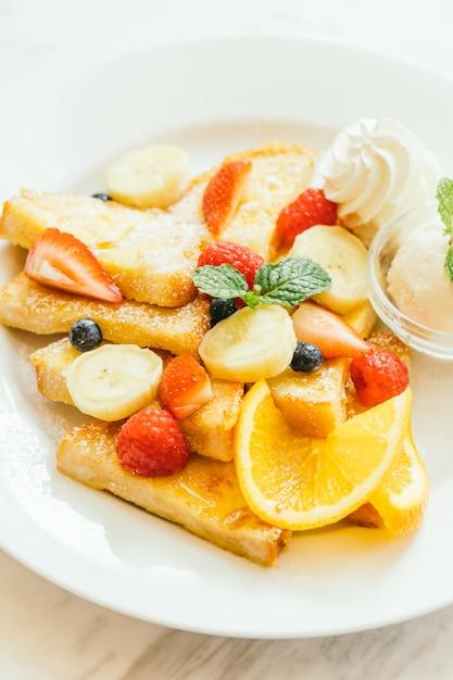 Pfannkuchen-brot-toast mit gemischten früchten Kostenlose Fotos
