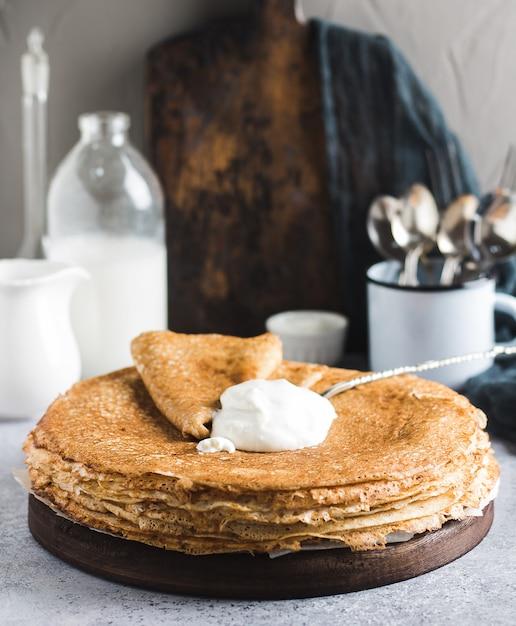 Pfannkuchen kreppt mit russischem traditionellem pfannkuchenwochenkarneval der sauren sahne Kostenlose Fotos