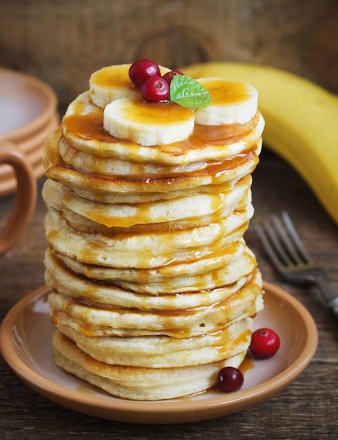 Pfannkuchen mit banane und karamell zum ein frühstück. Premium Fotos