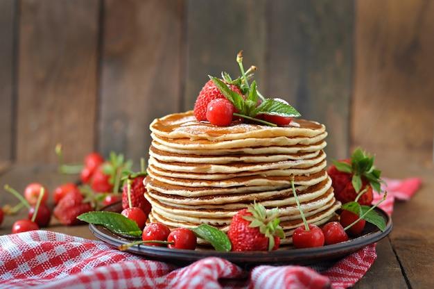 Pfannkuchen mit beeren und sirup im rustikalen stil Premium Fotos