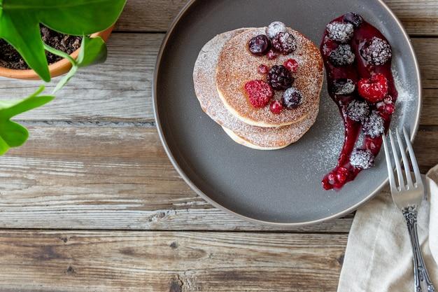 Pfannkuchen mit brombeeren, himbeeren und roten johannisbeeren. amerikanische küche. Premium Fotos