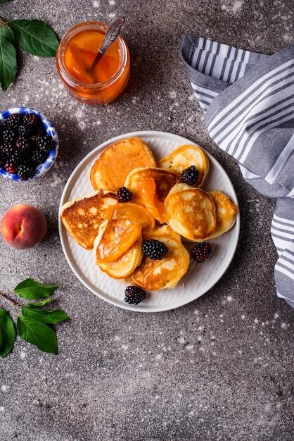 Pfannkuchen mit marillenmarmelade und beeren Premium Fotos