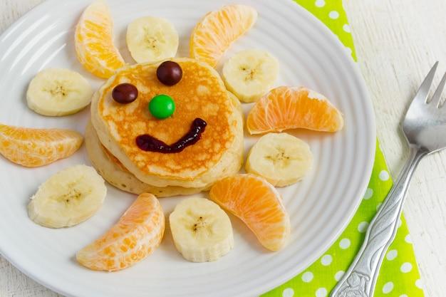 Pfannkuchen mit obst und marmelade für die kinder. frühstückskonzept Premium Fotos