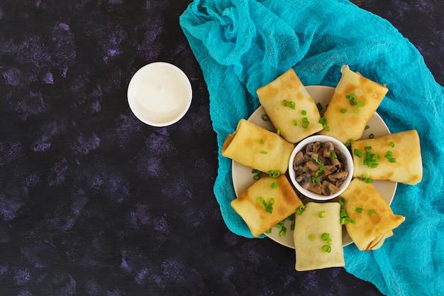 Pfannkuchen mit pilzen Premium Fotos
