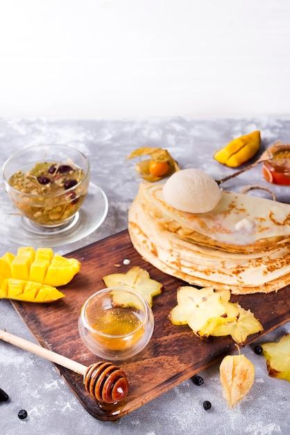 Pfannkuchen mit tee und honig vorbereiten Premium Fotos