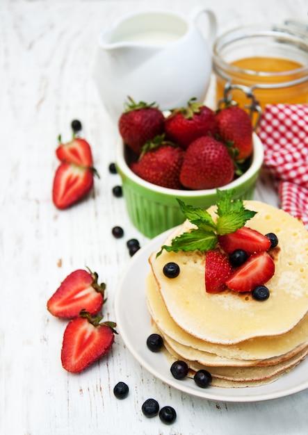 Pfannkuchen und frische beeren Premium Fotos