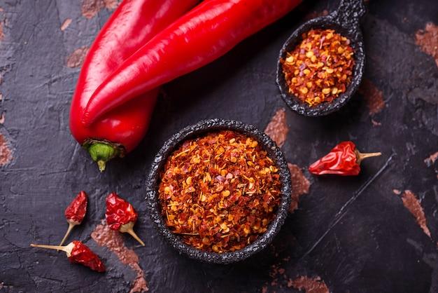 Pfeffer des roten paprikas auf altem rostigem hintergrund Premium Fotos