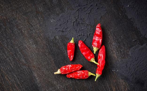 Pfeffer des roten paprikas auf dunklem hintergrund Premium Fotos