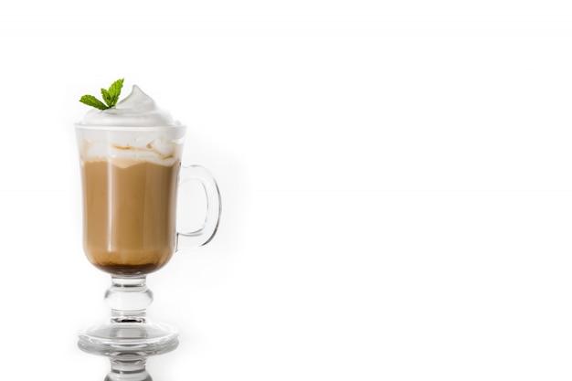 Pfefferminzkaffeemokka für das weihnachten lokalisiert auf weiß, kopienraum Premium Fotos