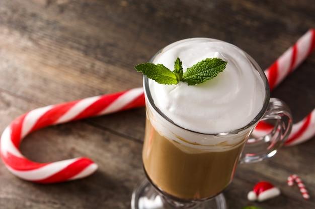 Pfefferminzkaffeemokka für weihnachten auf hölzernem tabellen-kopienraum Premium Fotos