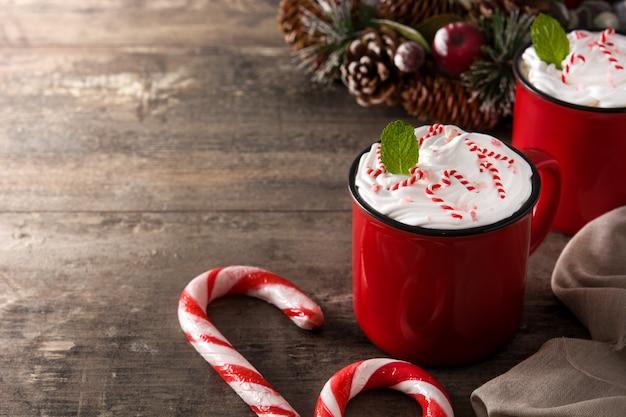 Pfefferminzkaffeemokka für weihnachten auf holztisch, kopienraum Premium Fotos