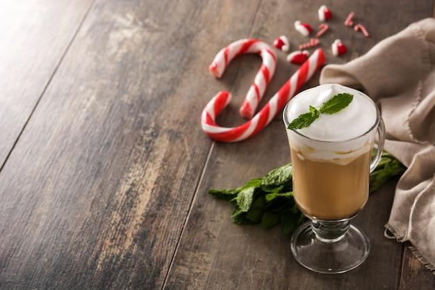 Pfefferminzkaffeemokka für weihnachten auf holztisch kopienraum Premium Fotos