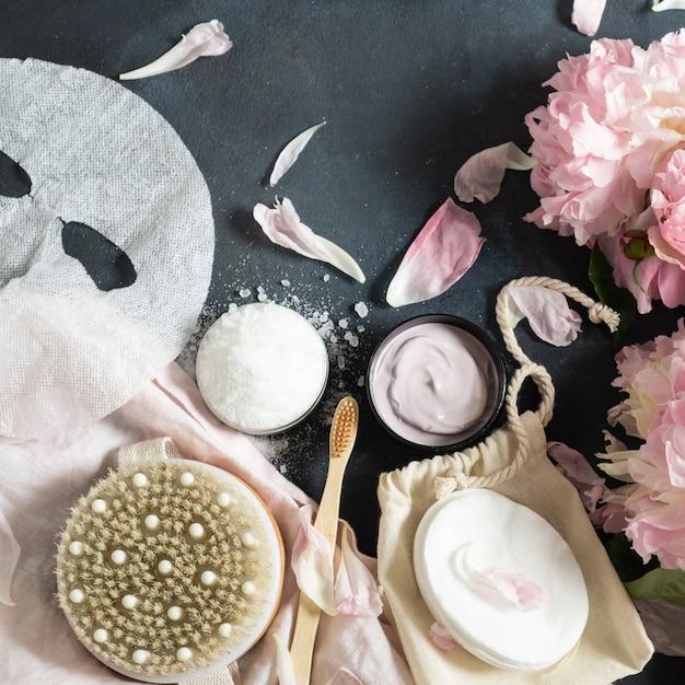 Pfingstrosen und kosmetika auf einem tisch Premium Fotos