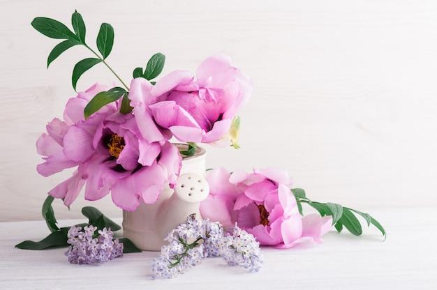 Pfingstrosen und lila blüten Premium Fotos