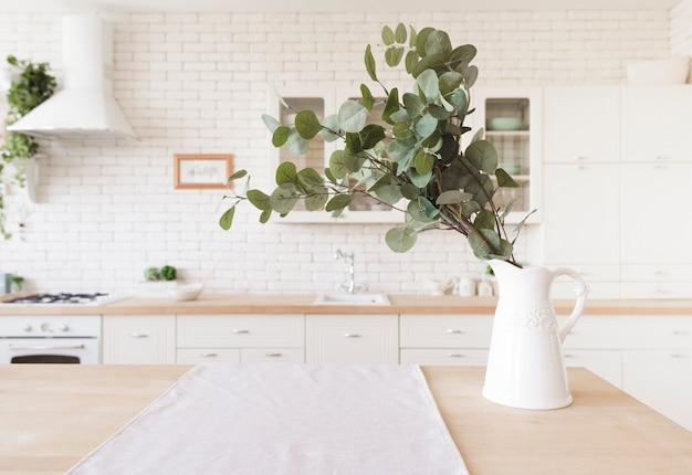 Pflanzen sie dekoration auf tischplatte in der hellen modernen küche Kostenlose Fotos