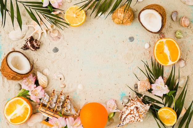 Pflanzenblätter in der nähe von früchten und blumen mit muscheln Kostenlose Fotos