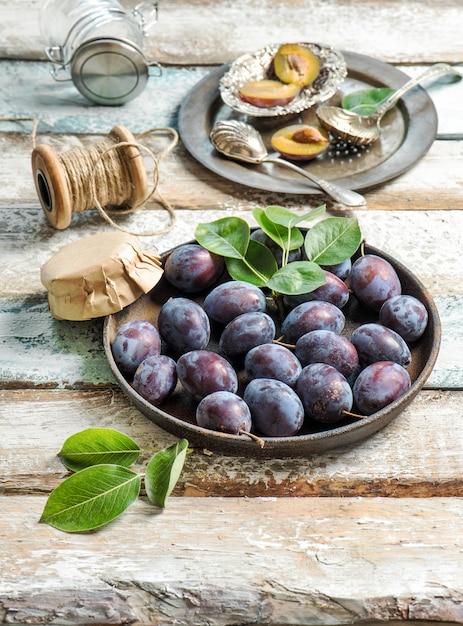 Pflaumenfrüchte rustikaler hölzerner hintergrund jam marmelade Premium Fotos