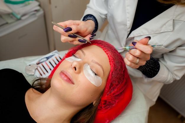 Pflege der wimpern im beauty-salon. Premium Fotos