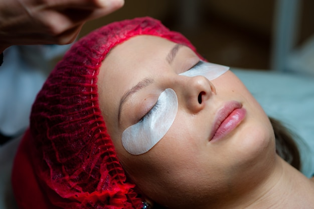 Pflege der wimpern im schönheitssalon Premium Fotos