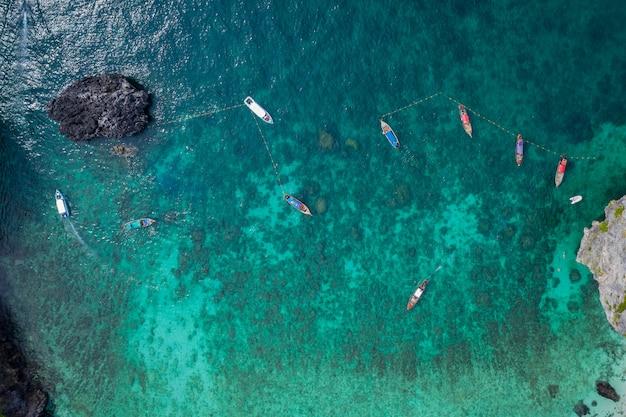Phi-phi-insel-hochsaison der luftaufnahme thailändische und ausländische touristen schnorcheln, indem sie ein boot mit langem schwanz und ein schnellboot für das reisen mieten Premium Fotos