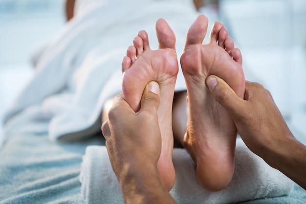 Physiotherapeut, der einer frau fußmassage gibt Premium Fotos