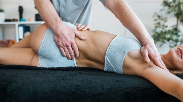 Physiotherapeut, der übungen an patientin durchführt Premium Fotos