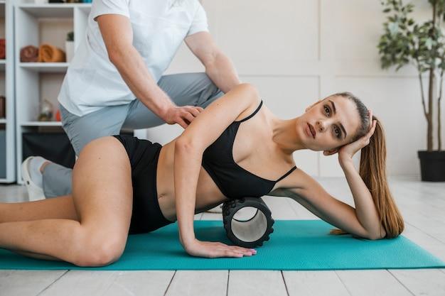 Physiotherapeut während der behandlung mit frau Kostenlose Fotos