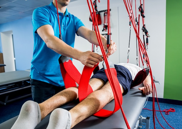 Physiotherapie. suspensionstrainingstherapie. Premium Fotos