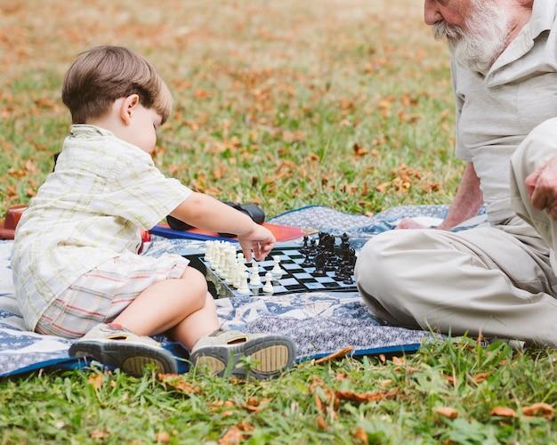 Picknick im park grandspa mit enkel Kostenlose Fotos