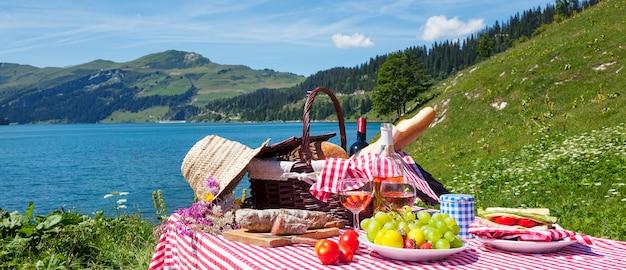 Picknick in französischen alpen mit see, panoramablick Kostenlose Fotos