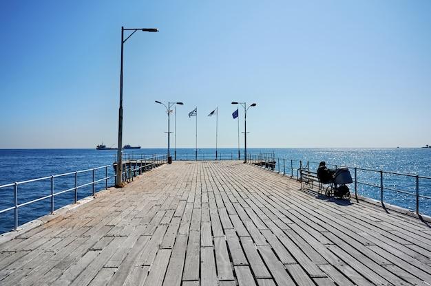 Pier in einer mediterranen stadt an einem sonnigen tag Kostenlose Fotos