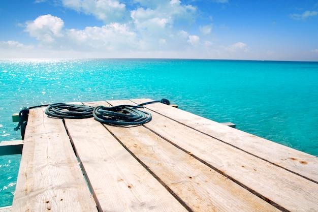 Pier-türkis-balearenmeer des formentera-strandes hölzerner Premium Fotos