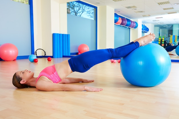 Pilates-frau becken-lift fitball-übungstraining Premium Fotos