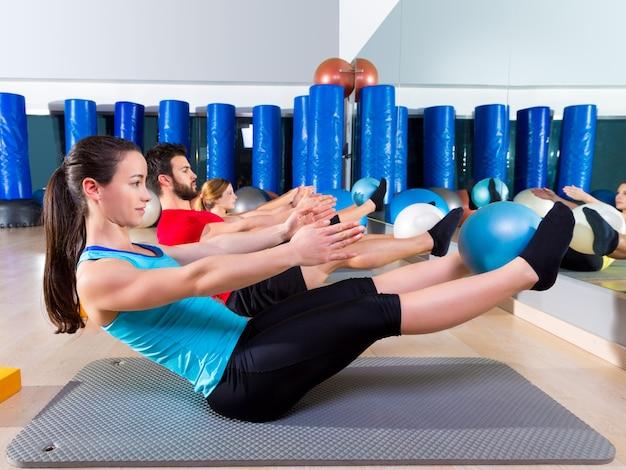 Pilates-softball die teasergruppenübung an der turnhalle Premium Fotos