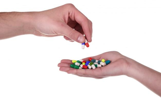 Pille von der hand nehmen, getrennt auf weiß | Premium-Foto