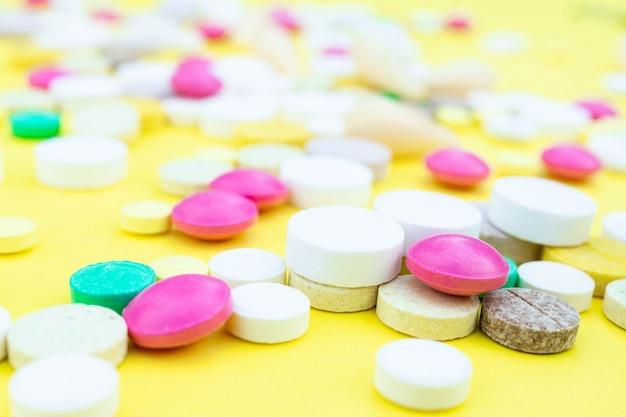 Pillen auf gelbem grund Premium Fotos