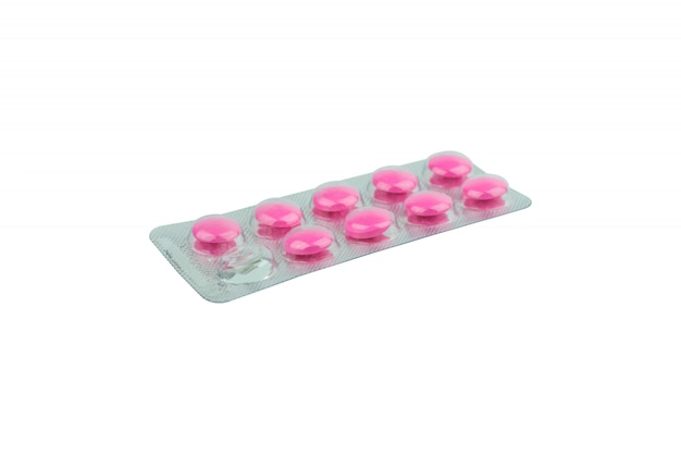 Pillen in den blisterpackungen lokalisiert auf weiß. Premium Fotos