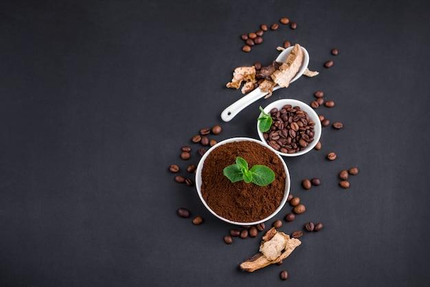 Pilz chaga kaffee superfood trend-trockene und frische pilze und kaffeebohnen auf dunklem hintergrund mit minze. kaffeepause Premium Fotos
