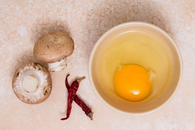 Pilz; paprikapfeffer- und eigelbschüssel auf strukturiertem hintergrund Kostenlose Fotos