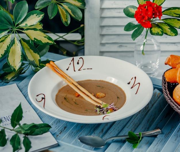 Pilzsuppe mit zahlen auf dem tisch Kostenlose Fotos
